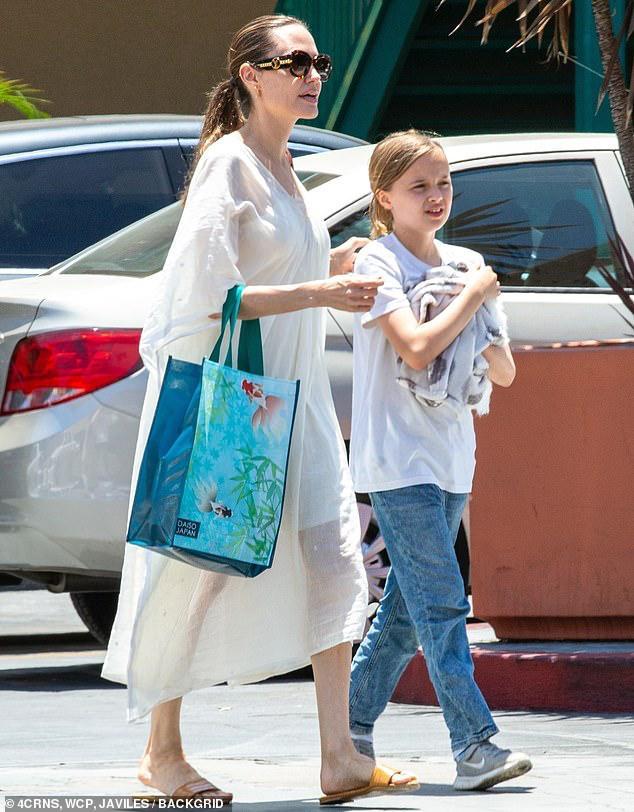 Angelina Jolie diện đầm trắng gợi cảm, vui vẻ ra phố cùng con gái yêu Ảnh 10