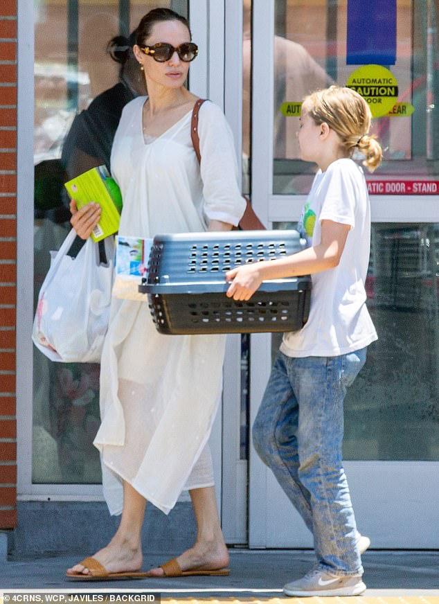 Angelina Jolie diện đầm trắng gợi cảm, vui vẻ ra phố cùng con gái yêu Ảnh 5
