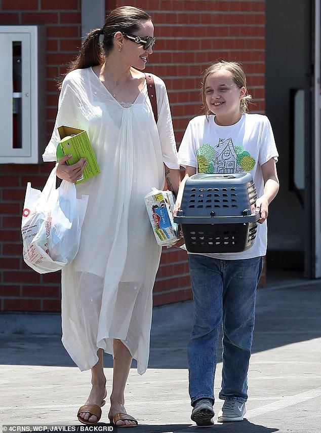 Angelina Jolie diện đầm trắng gợi cảm, vui vẻ ra phố cùng con gái yêu Ảnh 7