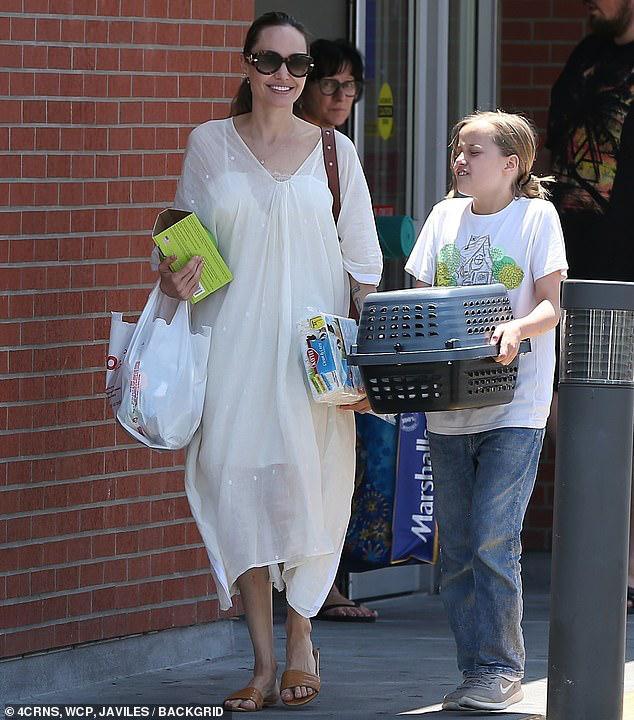 Angelina Jolie diện đầm trắng gợi cảm, vui vẻ ra phố cùng con gái yêu Ảnh 1