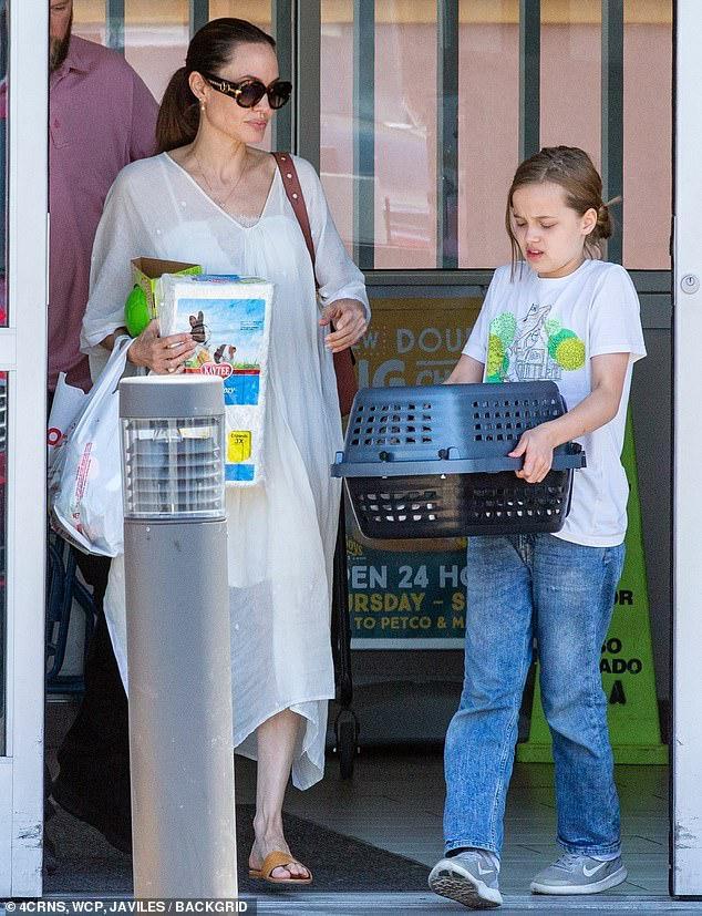 Angelina Jolie diện đầm trắng gợi cảm, vui vẻ ra phố cùng con gái yêu Ảnh 3
