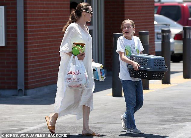 Angelina Jolie diện đầm trắng gợi cảm, vui vẻ ra phố cùng con gái yêu Ảnh 6