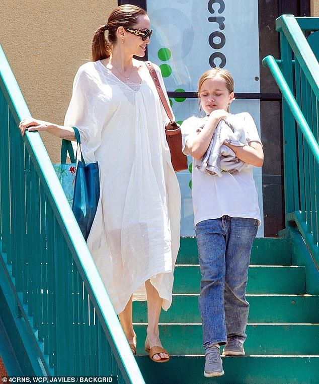 Angelina Jolie diện đầm trắng gợi cảm, vui vẻ ra phố cùng con gái yêu Ảnh 9