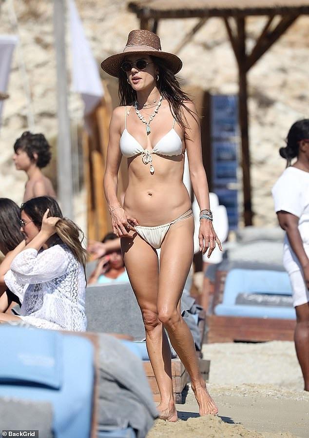 Ngắm Alessandra Ambrosio tươi trẻ ở đảo thiên đường Hy Lạp Ảnh 5