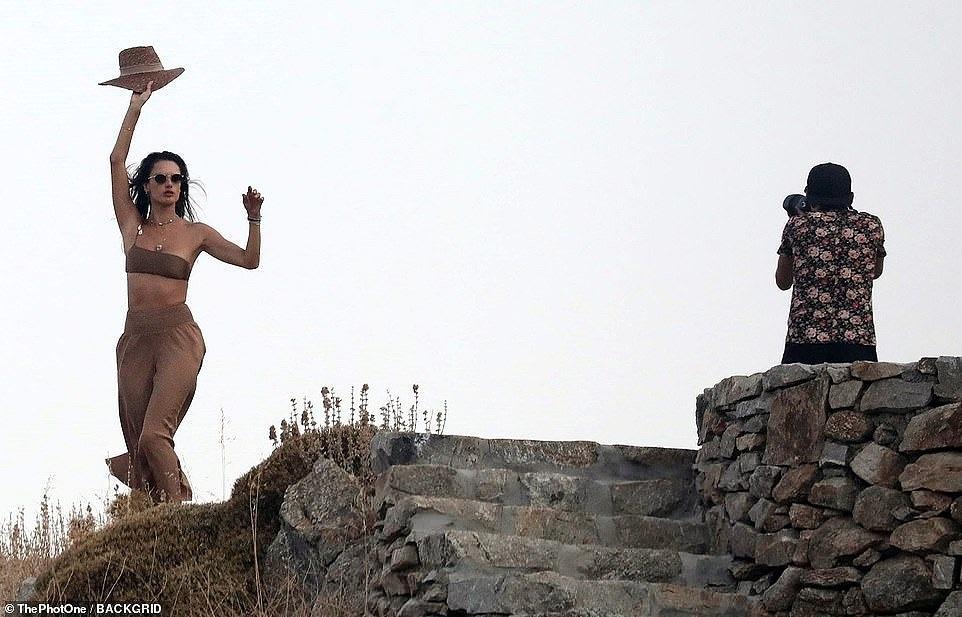 Ngắm Alessandra Ambrosio tươi trẻ ở đảo thiên đường Hy Lạp Ảnh 19