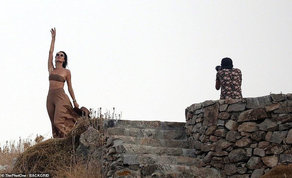 Ngắm Alessandra Ambrosio tươi trẻ ở đảo thiên đường Hy Lạp Ảnh 18