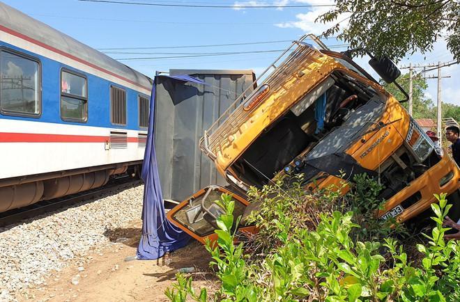 Tàu hỏa hất văng xe tải 10 m, đường sắt Bắc - Nam tê liệt hơn 1 giờ Ảnh 1