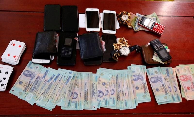 Hà Tĩnh: Đánh bạc dưới tầng hầm quán cà phê, 6 đối tượng bị bắt giữ Ảnh 2