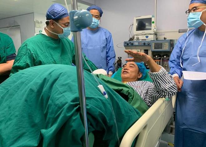 Nhậm Đạt Hoa nằm cáng trở về Hong Kong sau vụ bị đâm ở sự kiện Ảnh 7