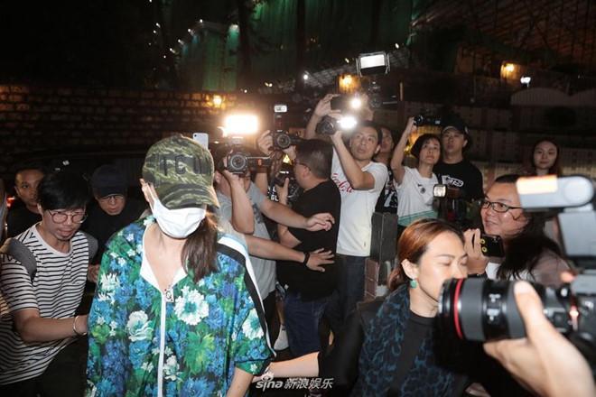 Nhậm Đạt Hoa nằm cáng trở về Hong Kong sau vụ bị đâm ở sự kiện Ảnh 3