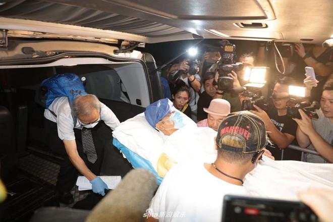 Nhậm Đạt Hoa nằm cáng trở về Hong Kong sau vụ bị đâm ở sự kiện Ảnh 6