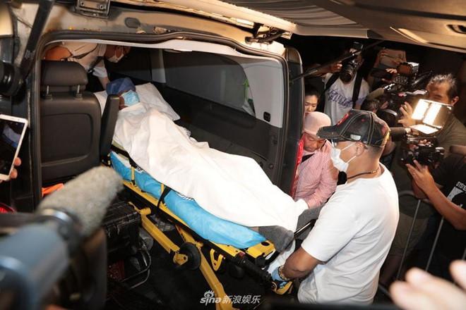Nhậm Đạt Hoa nằm cáng trở về Hong Kong sau vụ bị đâm ở sự kiện Ảnh 1