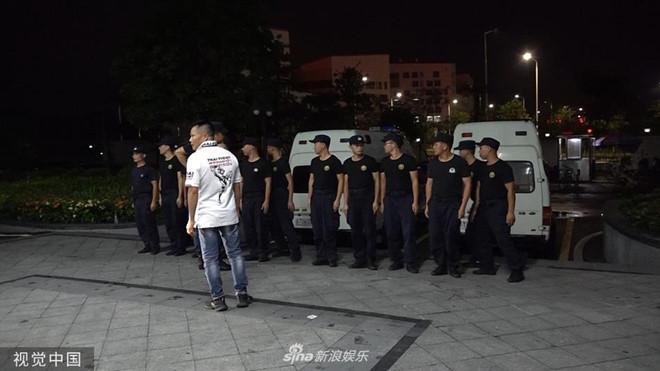 Nhậm Đạt Hoa nằm cáng trở về Hong Kong sau vụ bị đâm ở sự kiện Ảnh 2