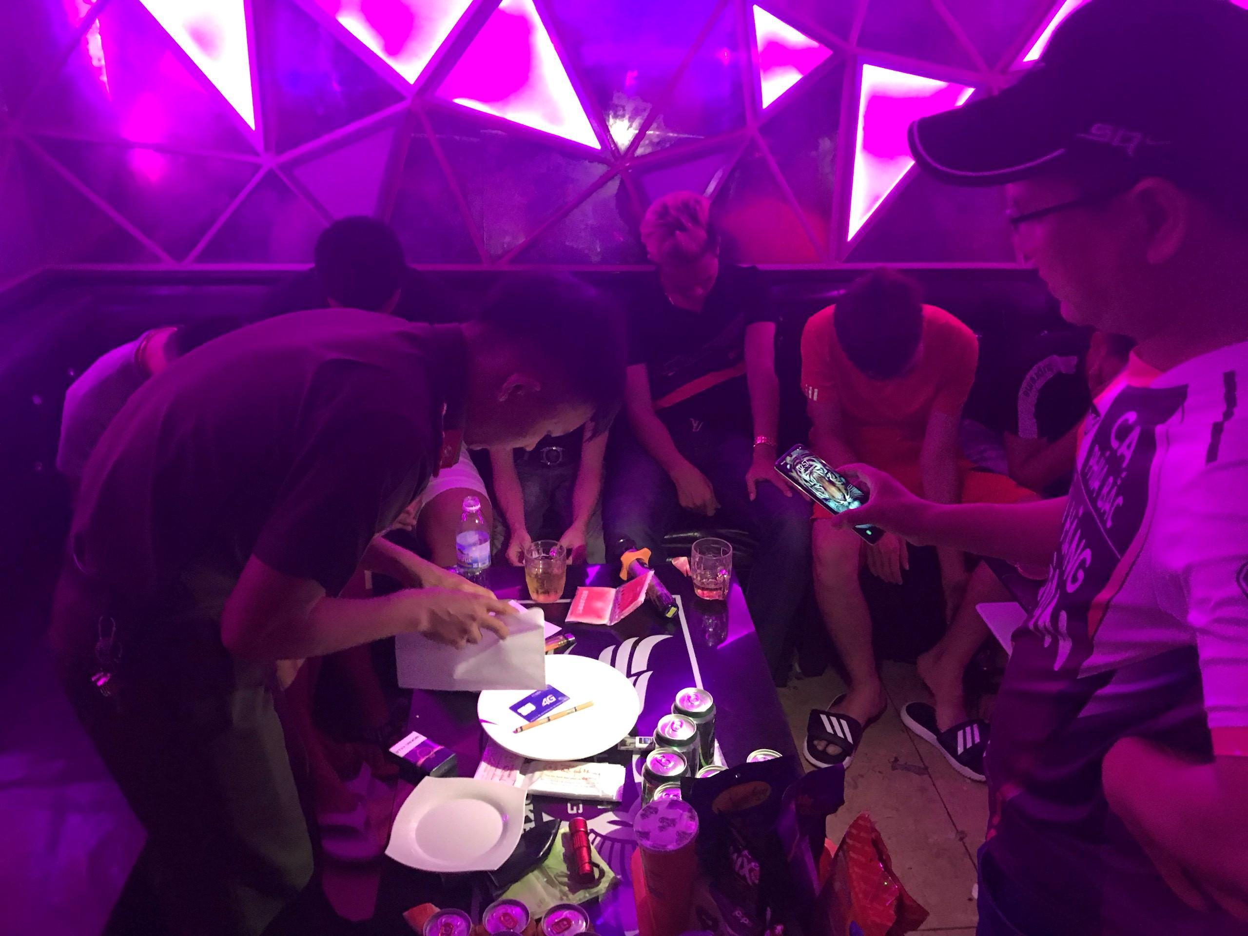 Kiểm tra karaoke ở Huế, phát hiện 47 nam nữ 'chơi' ma túy Ảnh 1