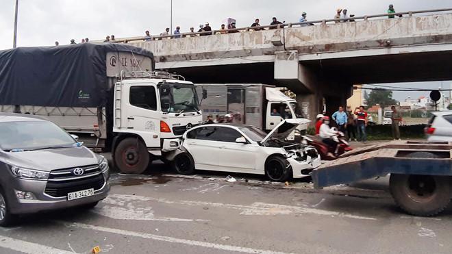 BMW hỏng nặng sau tai nạn liên hoàn tại ngã tư An Sương Ảnh 1