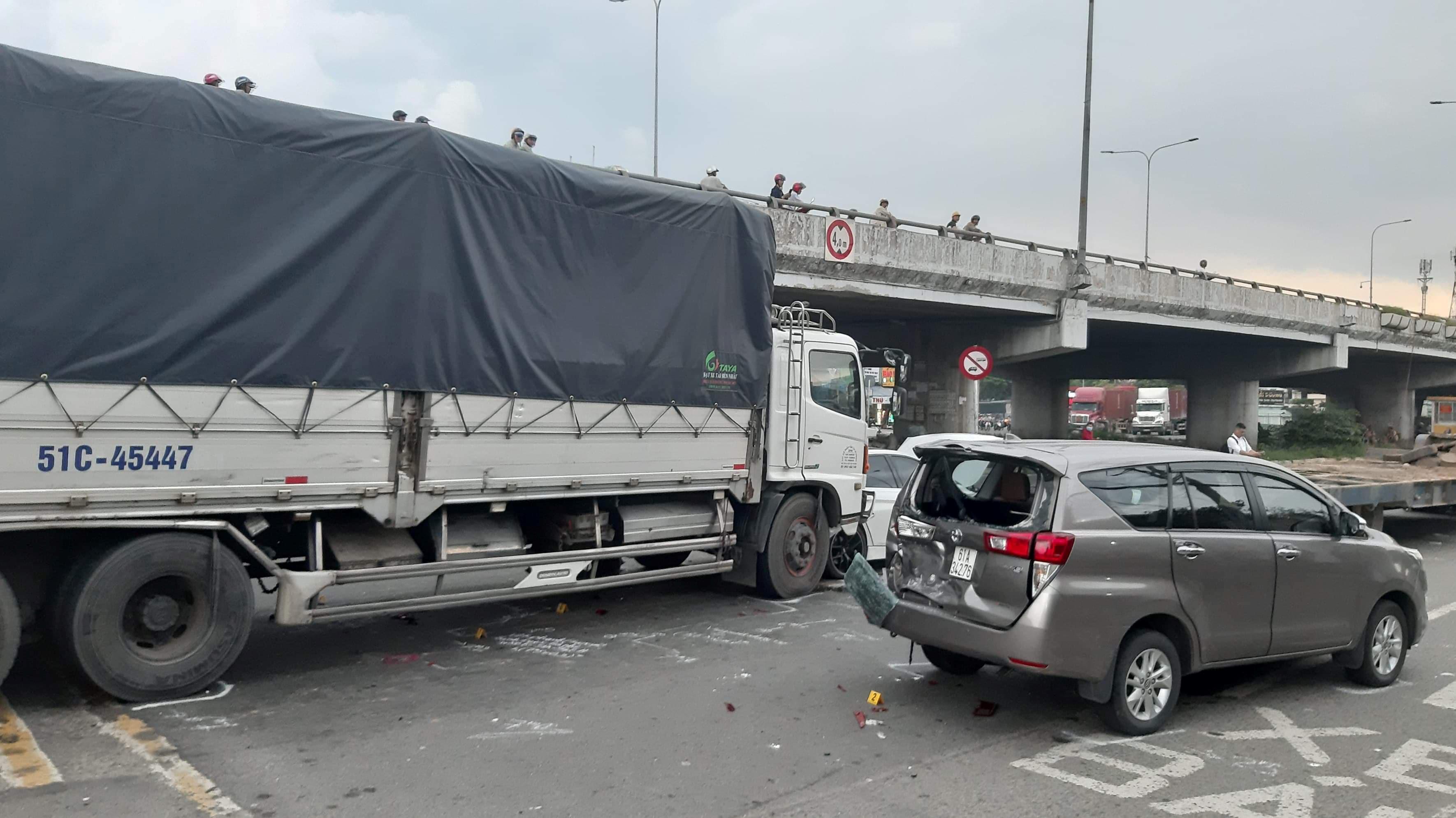 Hoảng hồn xe tải tông liên hoàn 2 ô tô Ảnh 1
