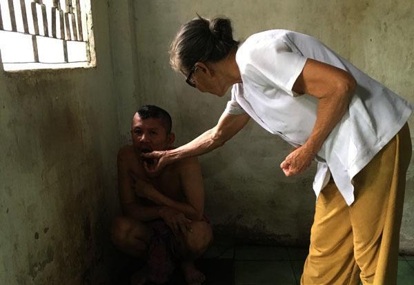 20 năm, người mẹ nghèo nuốt nước mắt xích con vào góc tường Ảnh 2