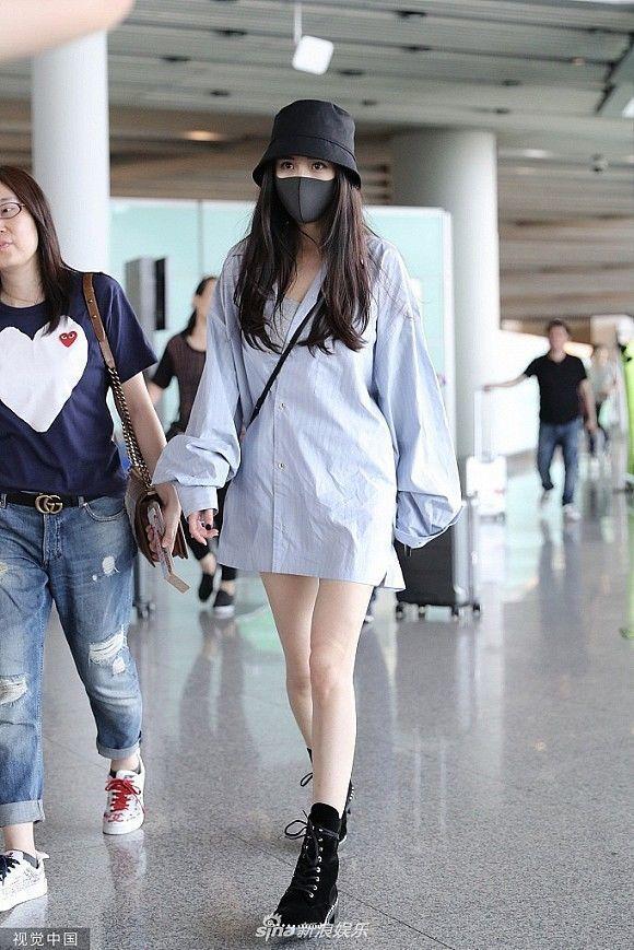 Không thua kém Dương Mịch - Angelababy, Xa Thi Mạn 'nối gót' với mốt giấu quần khoe chân thon Ảnh 1