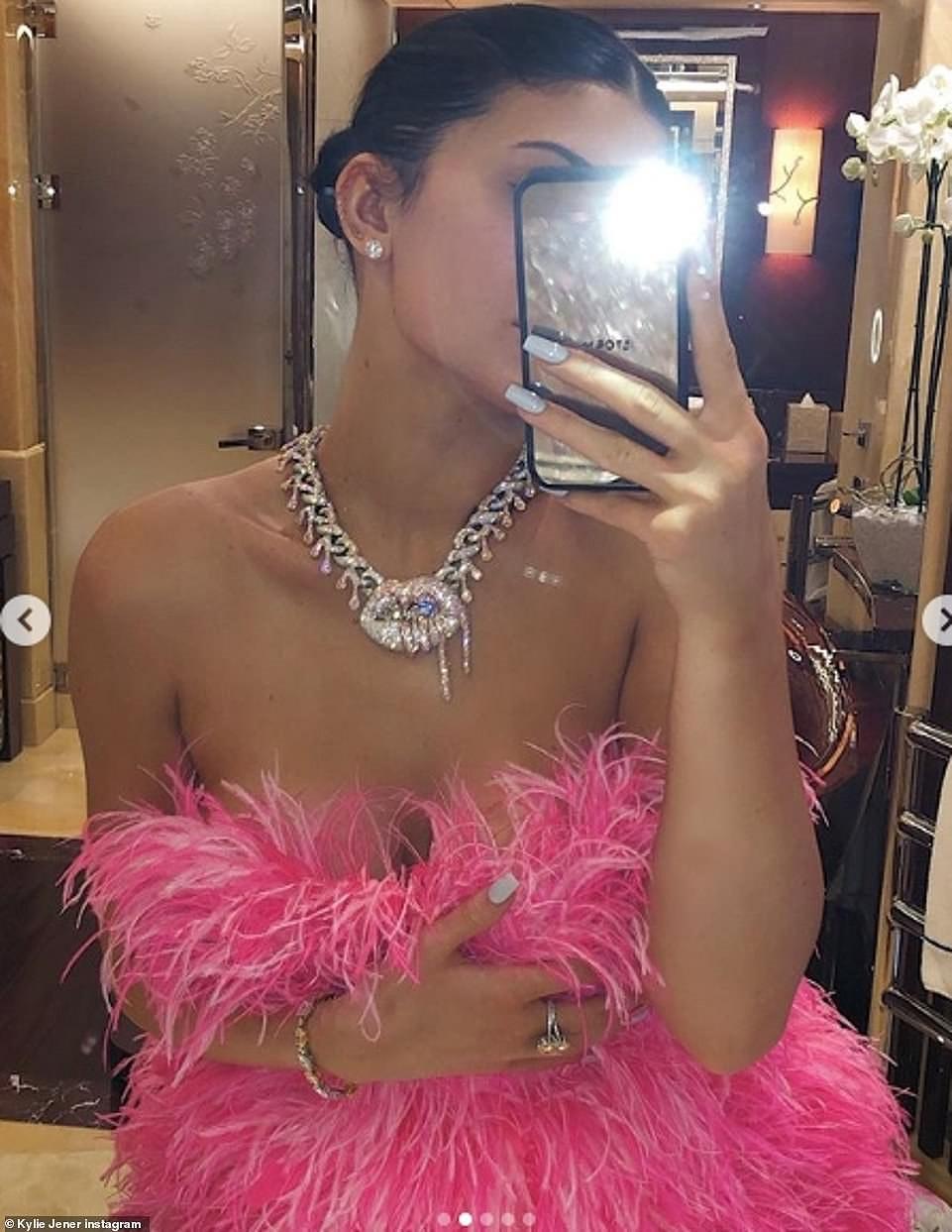 Cô út tỉ phú nhà Kardashian siêu nóng bỏng đón sinh nhật tuổi 22 Ảnh 9