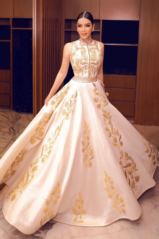 Tỉ phú Ấn Độ may váy dát vàng mời Lý Nhã Kỳ dự sinh nhật Ảnh 16