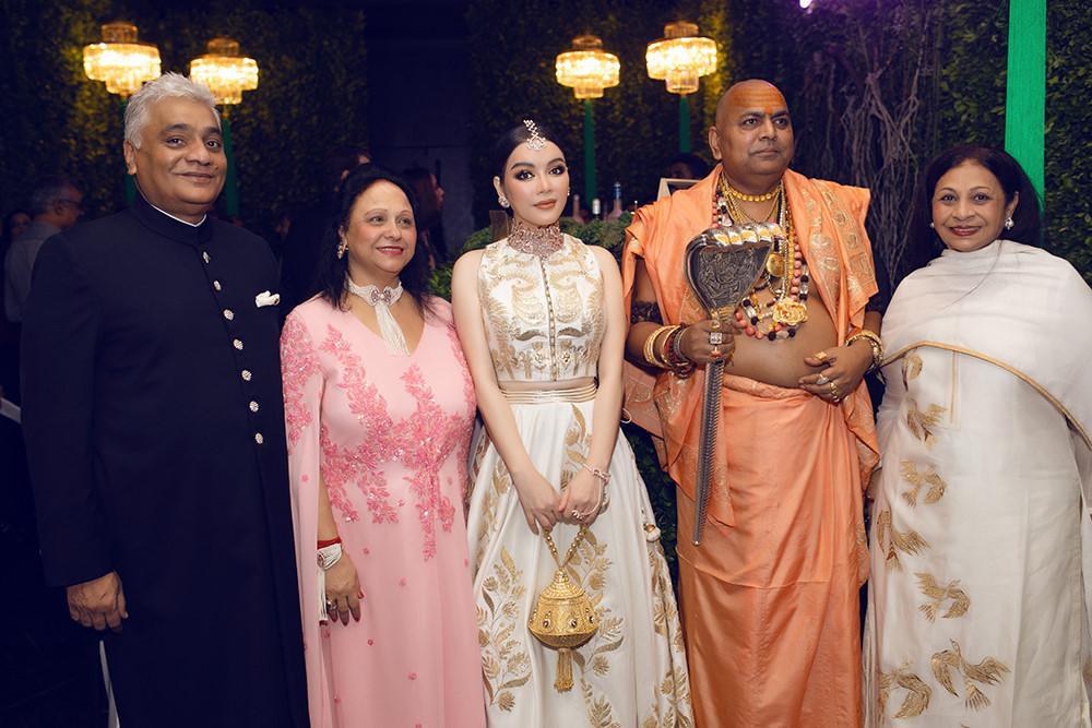Tỉ phú Ấn Độ may váy dát vàng mời Lý Nhã Kỳ dự sinh nhật Ảnh 6
