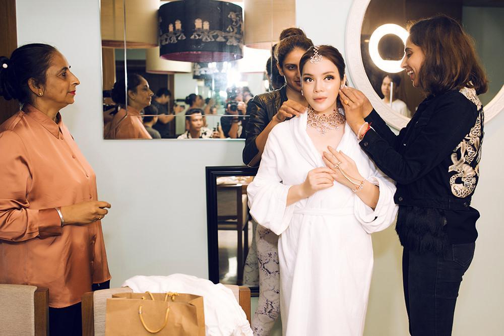 Tỉ phú Ấn Độ may váy dát vàng mời Lý Nhã Kỳ dự sinh nhật Ảnh 10