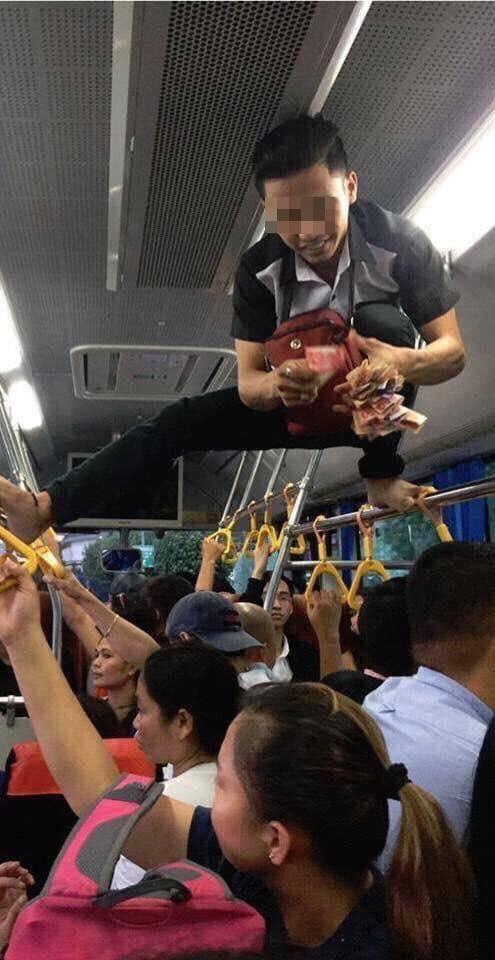 Phụ xe buýt thu tiền kiểu 'người nhện' khiến nhiều khách không dám ngước lên nhìn Ảnh 2