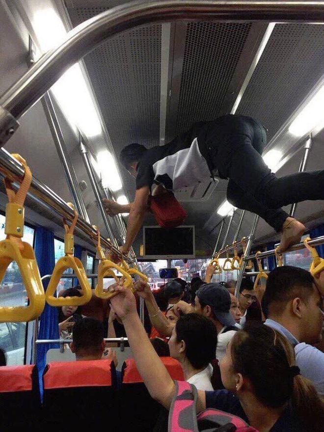 Phụ xe buýt thu tiền kiểu 'người nhện' khiến nhiều khách không dám ngước lên nhìn Ảnh 3