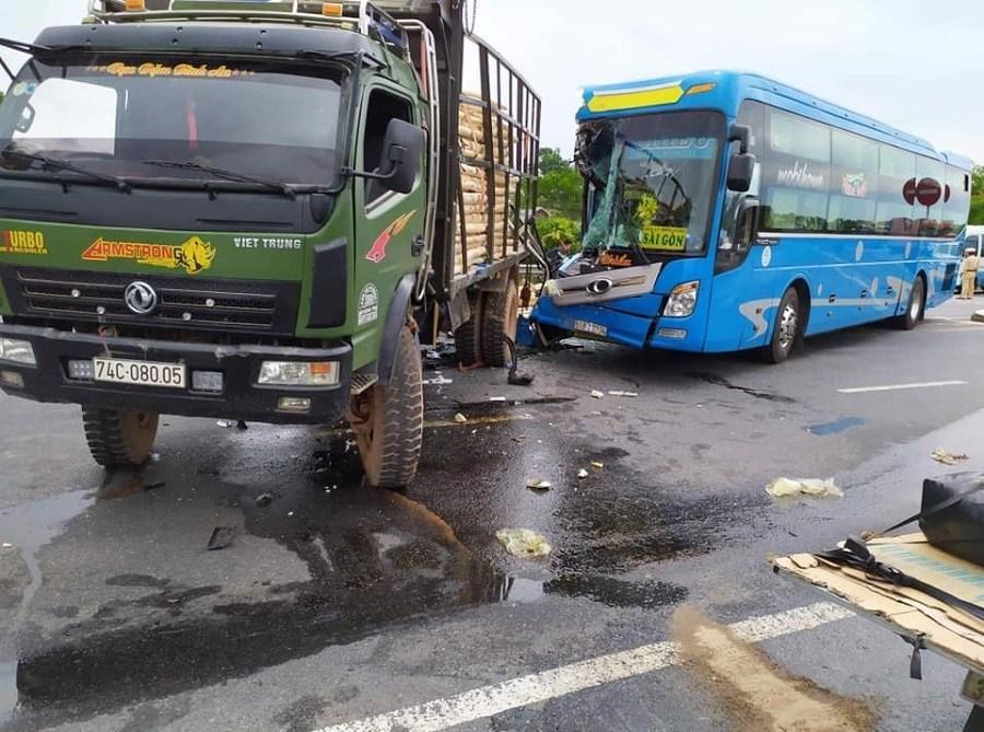 Ô tô khách nát đầu sau cú đâm đuôi xe tải, hành khách hoảng loạn Ảnh 3