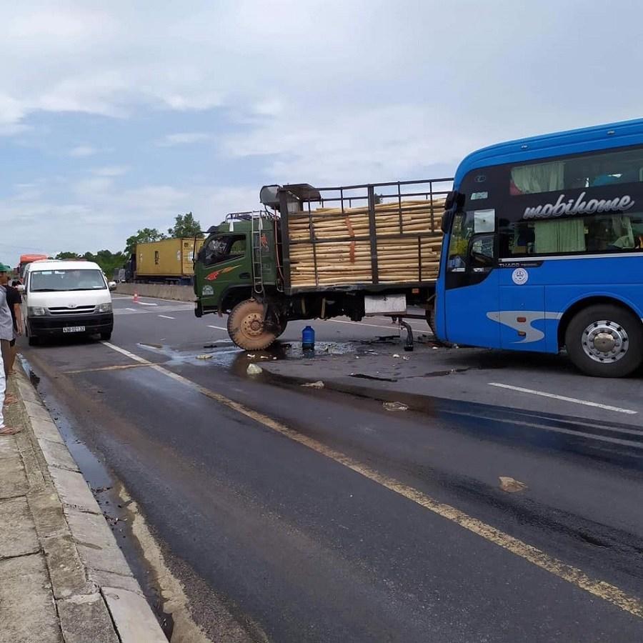 Ô tô khách nát đầu sau cú đâm đuôi xe tải, hành khách hoảng loạn Ảnh 2