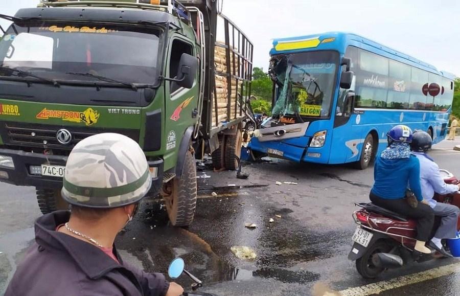Ô tô khách nát đầu sau cú đâm đuôi xe tải, hành khách hoảng loạn Ảnh 1