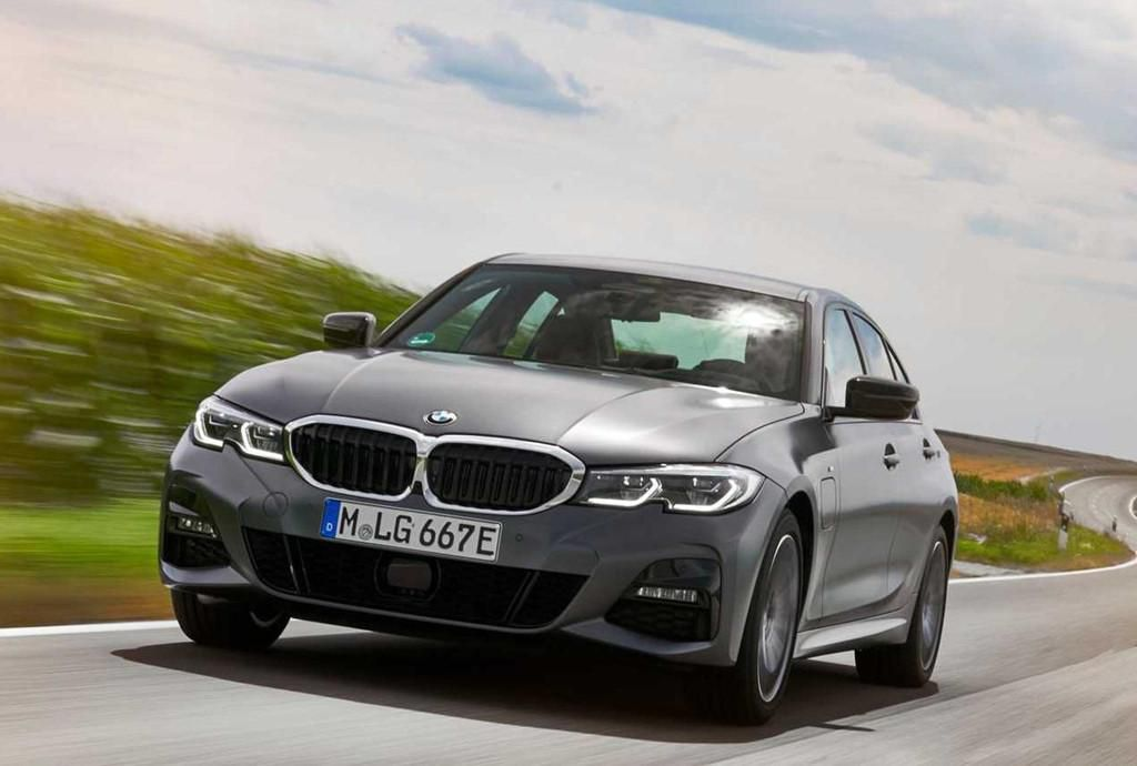 BMW 330e 2020 thêm tính năng, tăng tốc như xe đua Ảnh 1