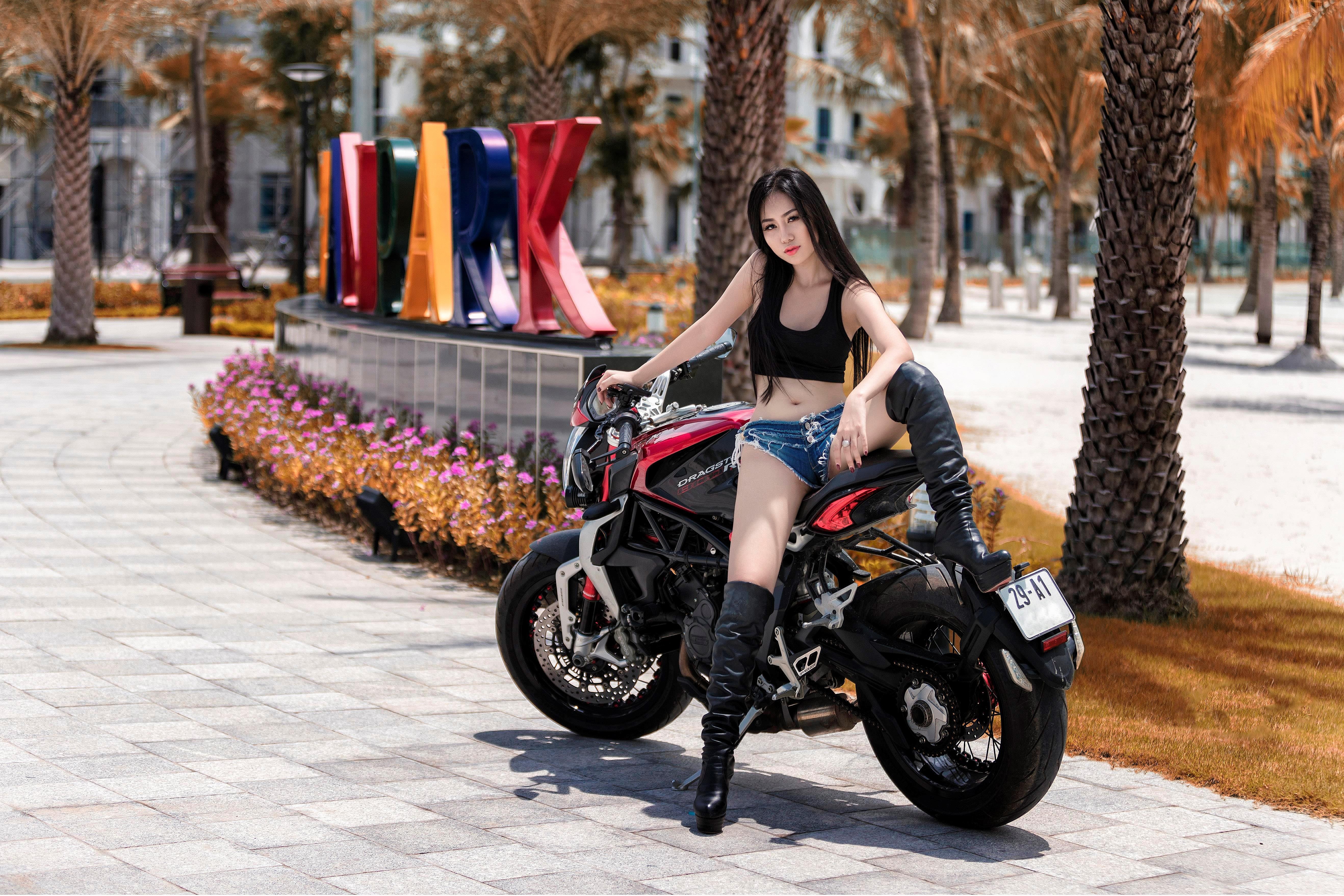 Người đẹp 9X 'đọ dáng' môtô phân khối lớn Ảnh 5