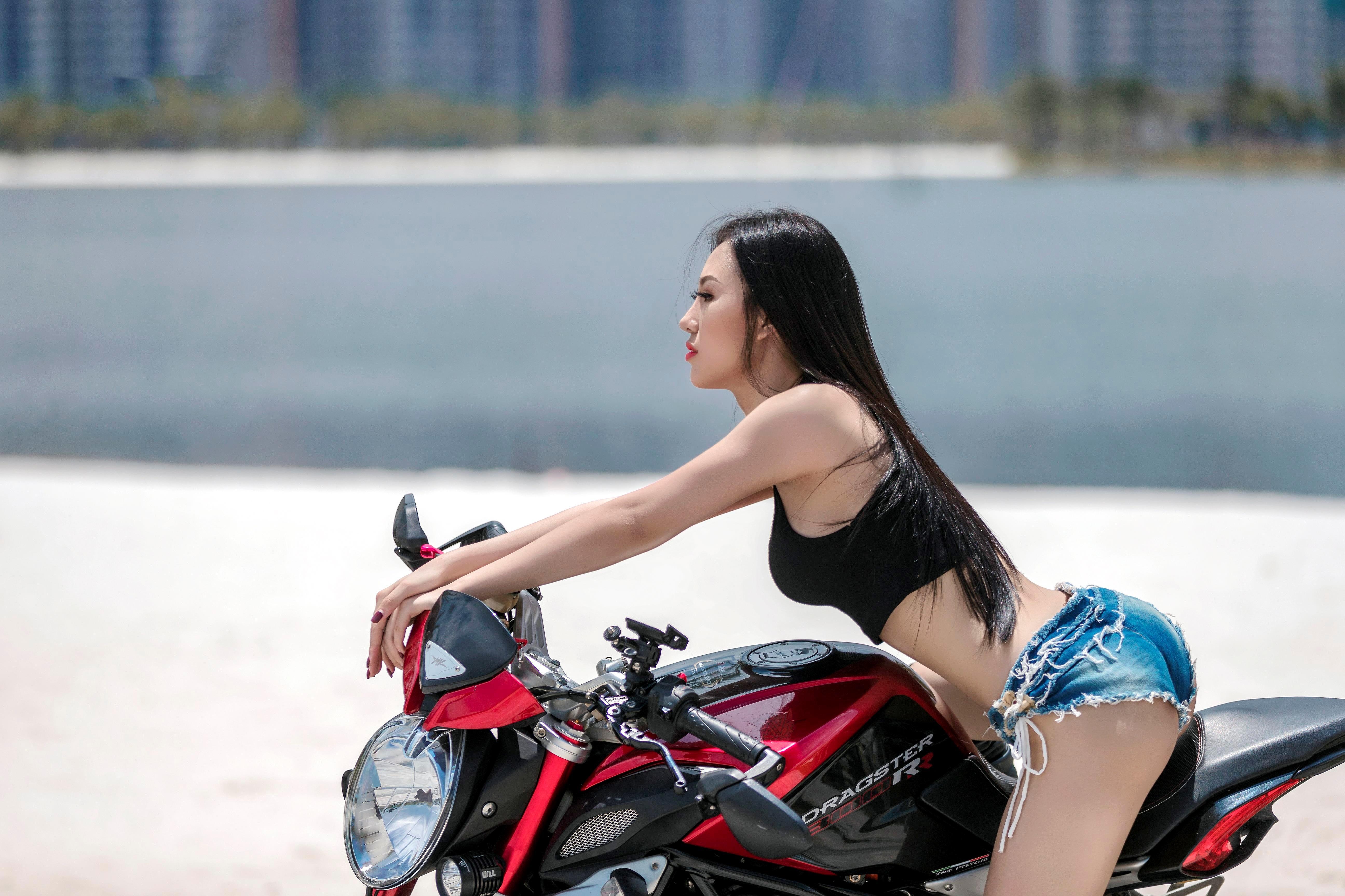 Người đẹp 9X 'đọ dáng' môtô phân khối lớn Ảnh 2