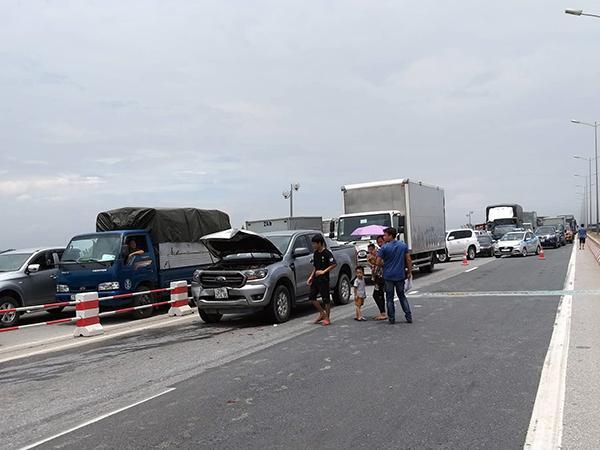 Cầu Thanh Trì kẹt cứng hàng cây số vì xe tải đè bẹp xe con, chắn ngang mặt cầu Ảnh 3