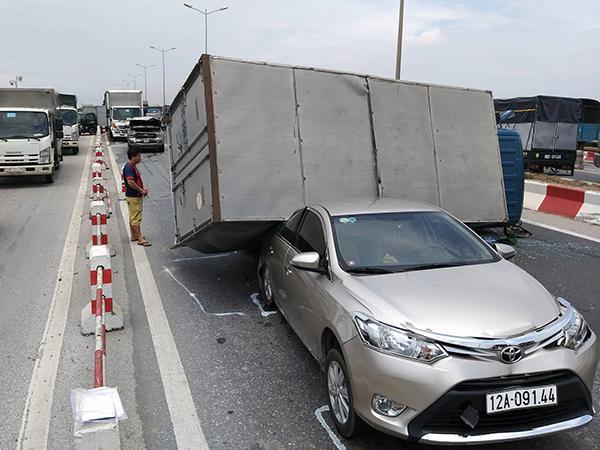 Cầu Thanh Trì kẹt cứng hàng cây số vì xe tải đè bẹp xe con, chắn ngang mặt cầu Ảnh 1
