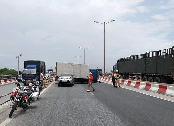 Cầu Thanh Trì kẹt cứng hàng cây số vì xe tải đè bẹp xe con, chắn ngang mặt cầu Ảnh 6