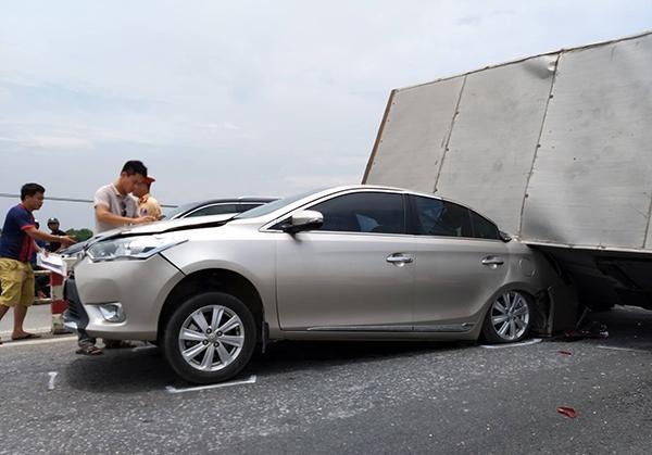 Cầu Thanh Trì kẹt cứng hàng cây số vì xe tải đè bẹp xe con, chắn ngang mặt cầu Ảnh 2