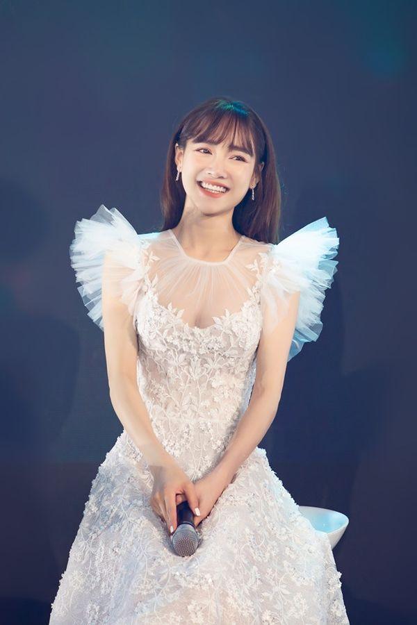 Nhã Phương đẹp như thiên thần bên Trường Giang, fan phát hiện bí mật thời trang thú vị Ảnh 2