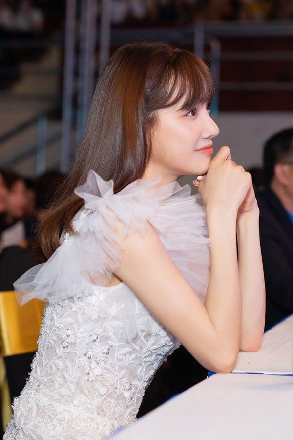 Nhã Phương đẹp như thiên thần bên Trường Giang, fan phát hiện bí mật thời trang thú vị Ảnh 3