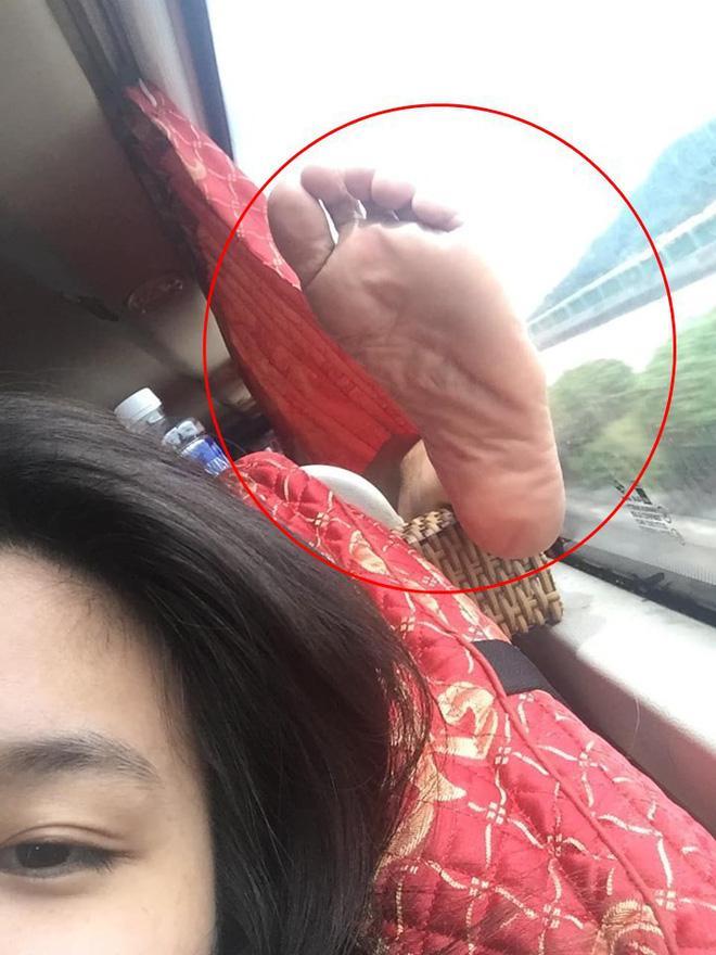 Thanh niên bỗng dưng 'mọc sừng' trên xe khách, nguyên nhân khiến ai nấy đều bức xúc Ảnh 3