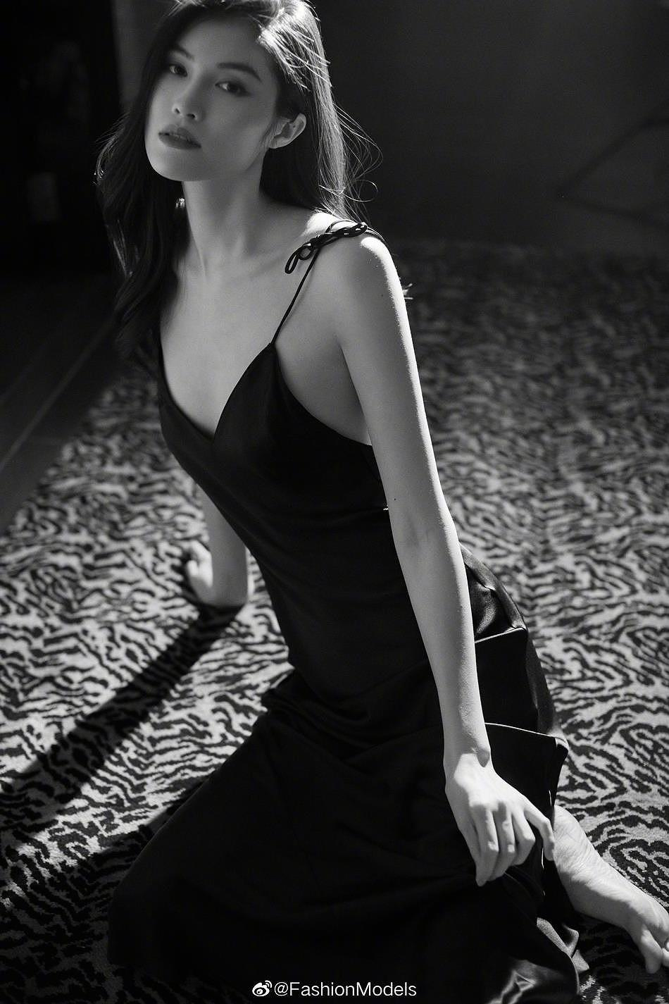 Siêu mẫu Victoria's Secret gốc Á mặc nội y ren, khoe lưng trần gợi cảm Ảnh 1