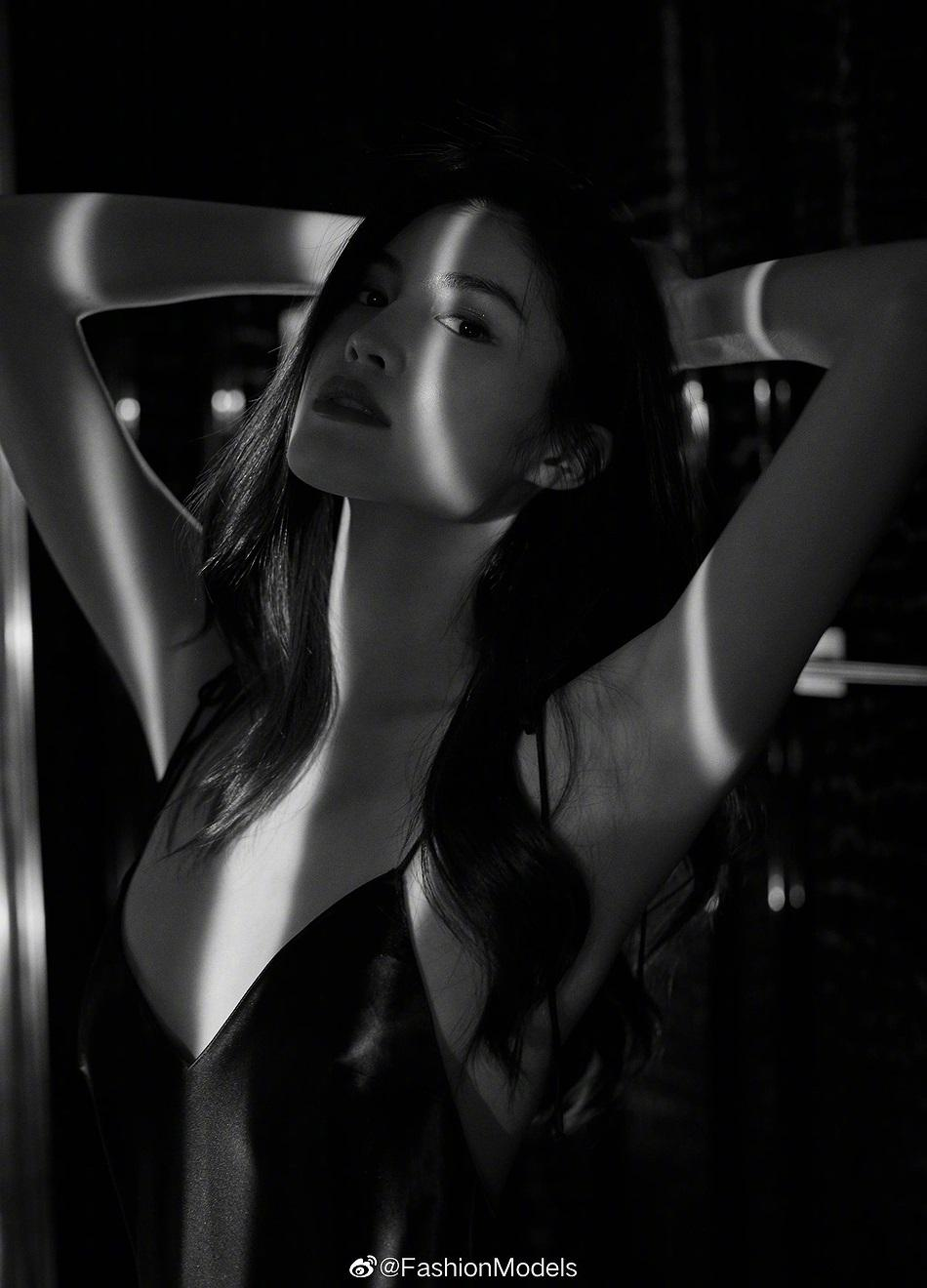 Siêu mẫu Victoria's Secret gốc Á mặc nội y ren, khoe lưng trần gợi cảm Ảnh 9