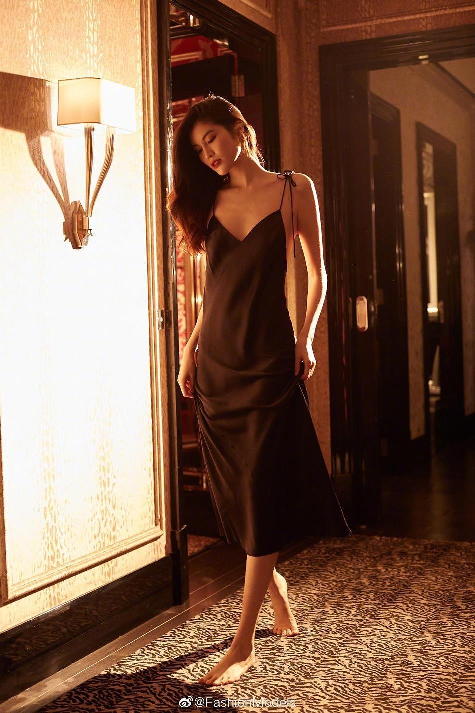 Siêu mẫu Victoria's Secret gốc Á mặc nội y ren, khoe lưng trần gợi cảm Ảnh 4