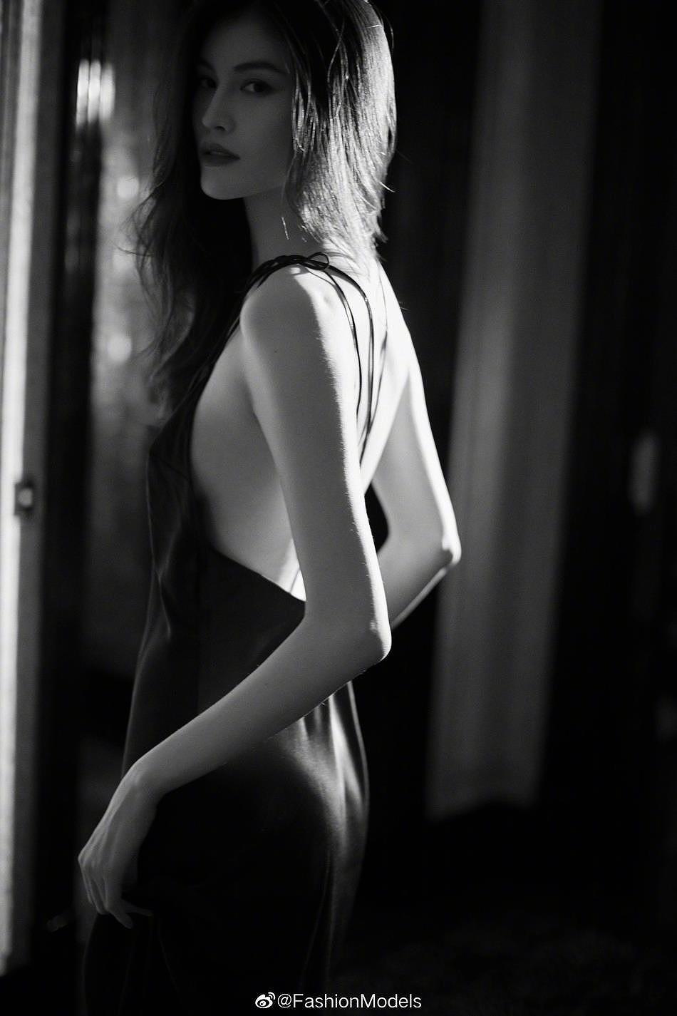 Siêu mẫu Victoria's Secret gốc Á mặc nội y ren, khoe lưng trần gợi cảm Ảnh 2