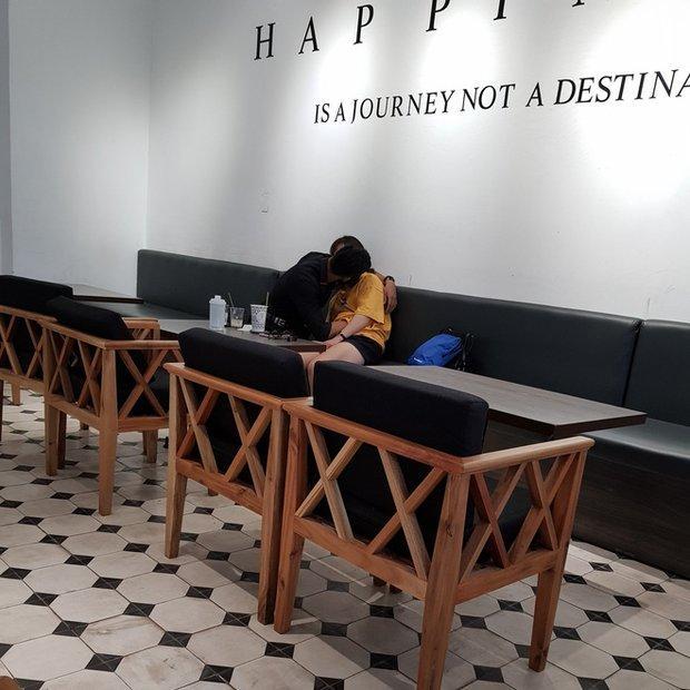 Cặp đôi vô tư thể hiện những hành động 'nhạy cảm' giữa quán cà phê Ảnh 1