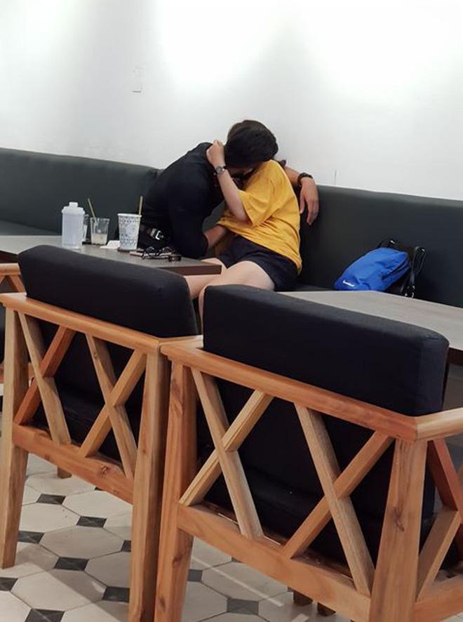 Cặp đôi vô tư thể hiện những hành động 'nhạy cảm' giữa quán cà phê Ảnh 2
