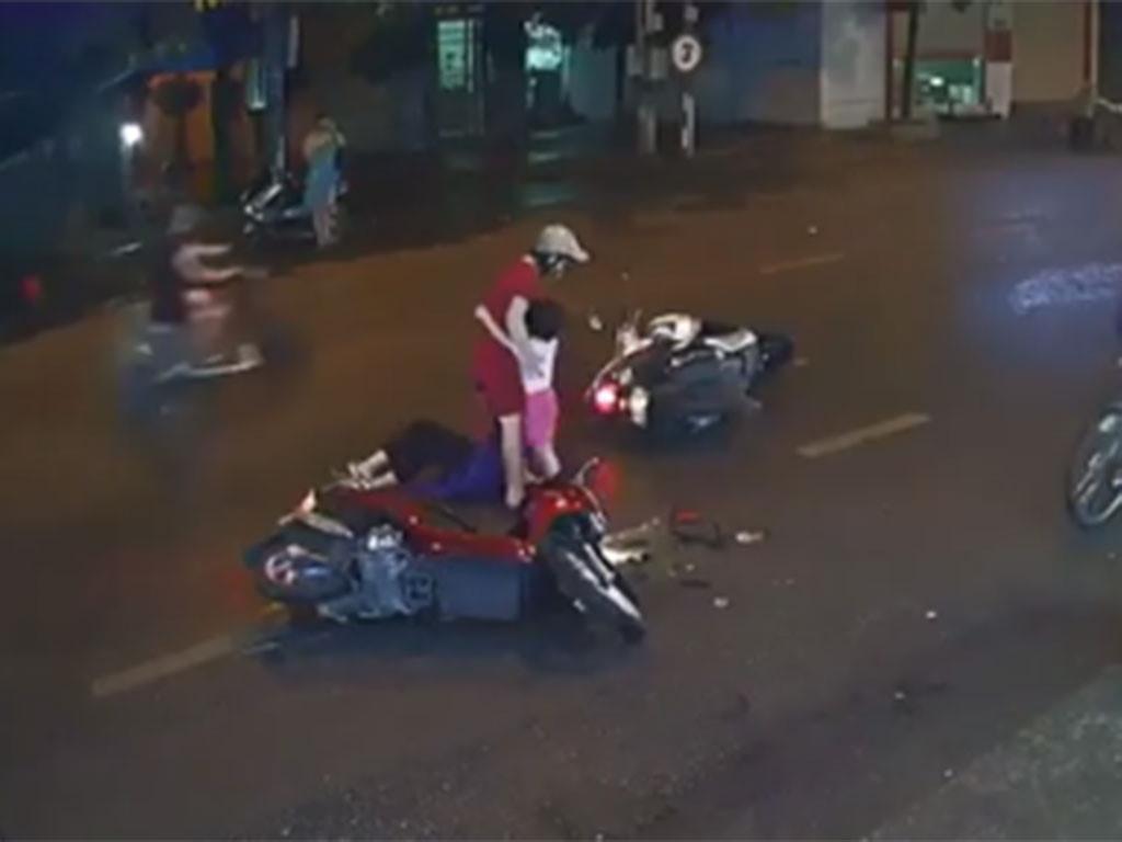 Cư dân mạng quan tâm: Mẹ dừng xe giữa đường suýt gây họa cho con Ảnh 1