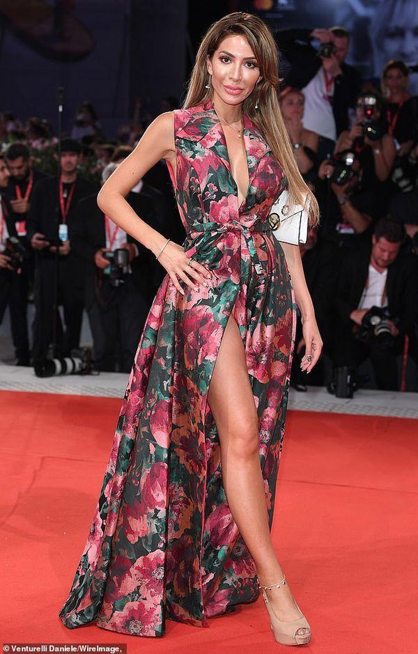 Ngôi sao truyền hình Mỹ mặc váy 'quên' cả nội y, lộ vùng nhạy cảm trên thảm đỏ Ảnh 3