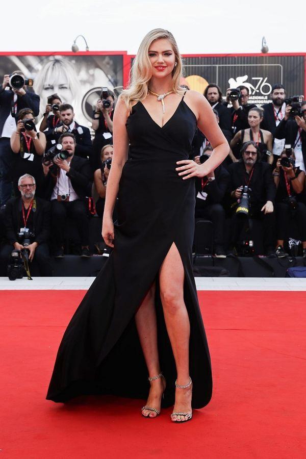 Ngôi sao truyền hình Mỹ mặc váy 'quên' cả nội y, lộ vùng nhạy cảm trên thảm đỏ Ảnh 4